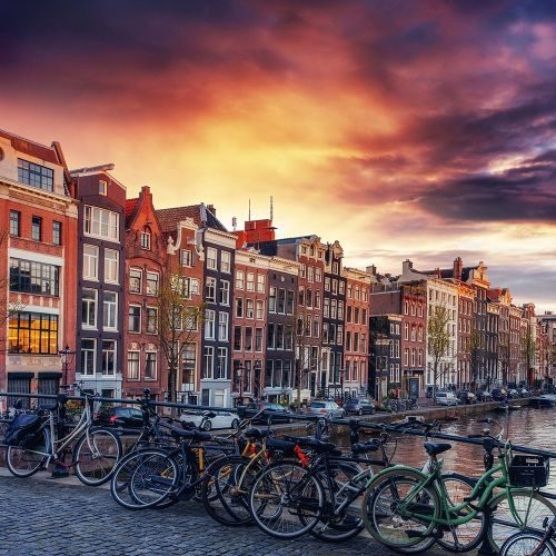 amsterdam-canal-on-the-west-XUEWNL4-min