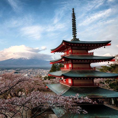 chureito-pagoda-overlooking-mt-fuji-4GVQ3J7-min