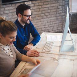 coworking-and-corporate-colleagues-working-in-offi-7DVHDZM — kopia-min