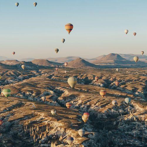 mountain-landscape-with-hot-air-balloons-cappadoci-KK2VZYN-min