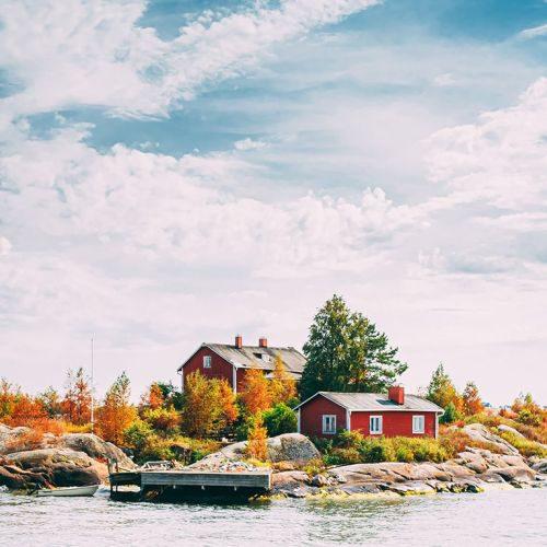 suomi-or-finland-beautiful-red-finnish-wooden-log--UUL3UNP-min